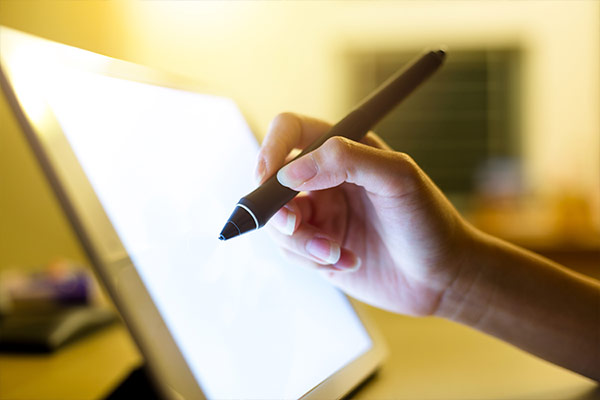 mano de mujer escribiendo en una tablet